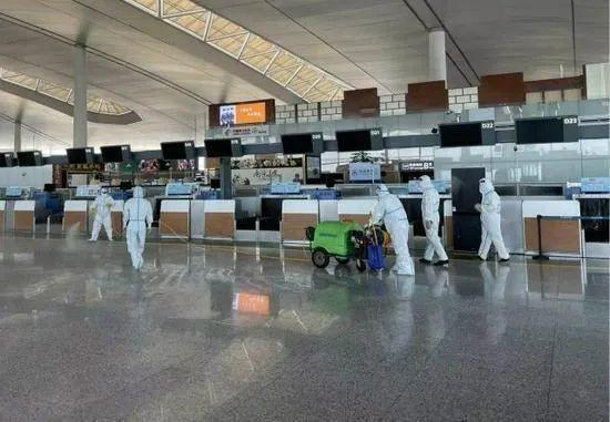 ▲7月21日,工作人员在南京禄口机场T2航站楼内进行消杀。图据:新华社