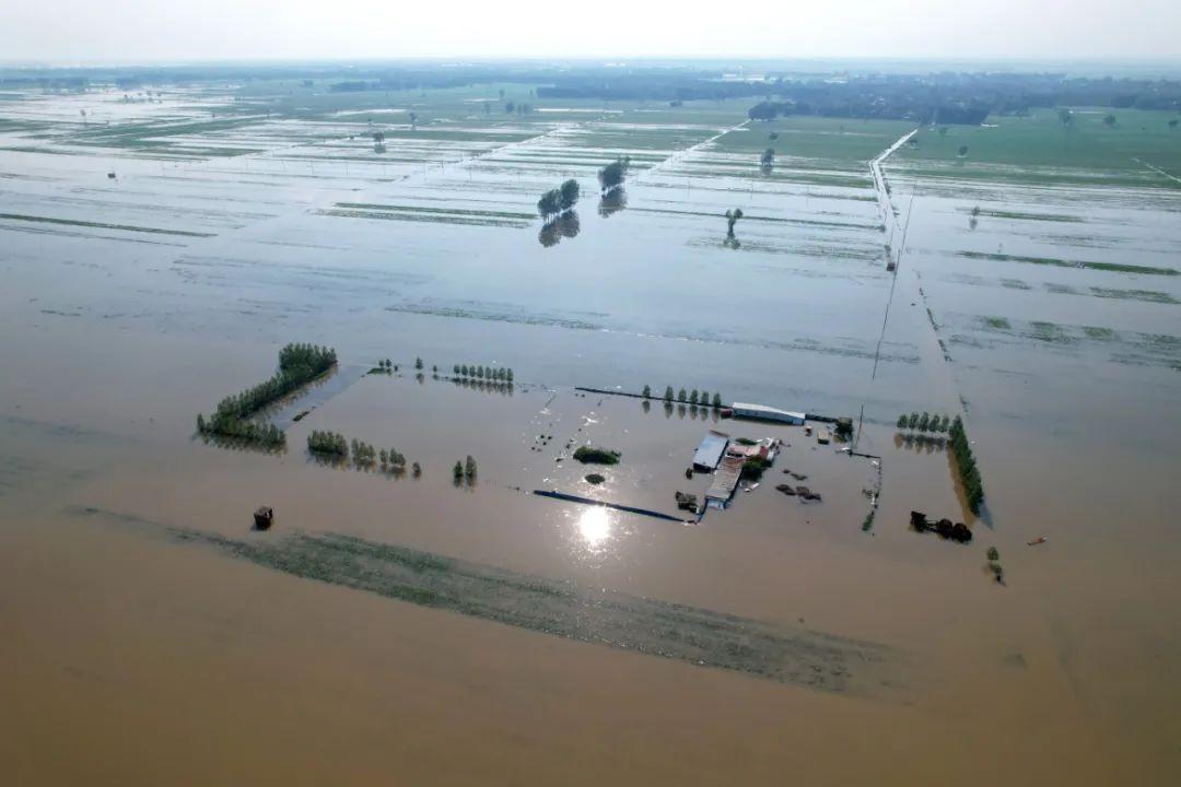 2021年7月24日,河南省滑县,卫河长虹渠滞洪区内的门路已被大水沉没。图/中新社发 王子瑞 摄