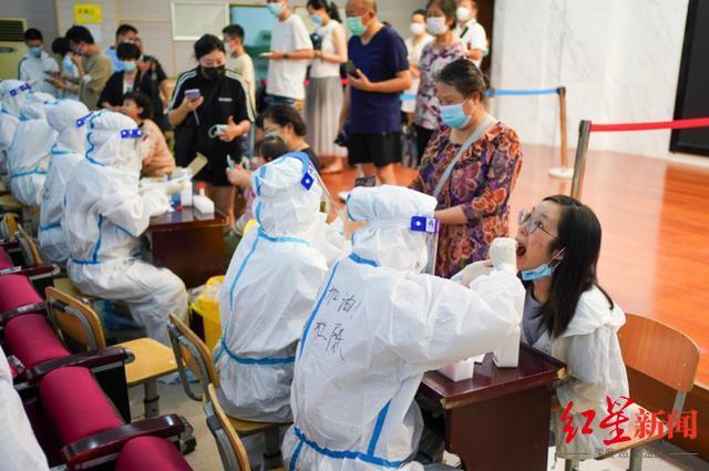 ▲7月25日,市民在南京市建邺区兴隆街道香山路社区核酸检测点接受核酸检测取样。图据:新华社