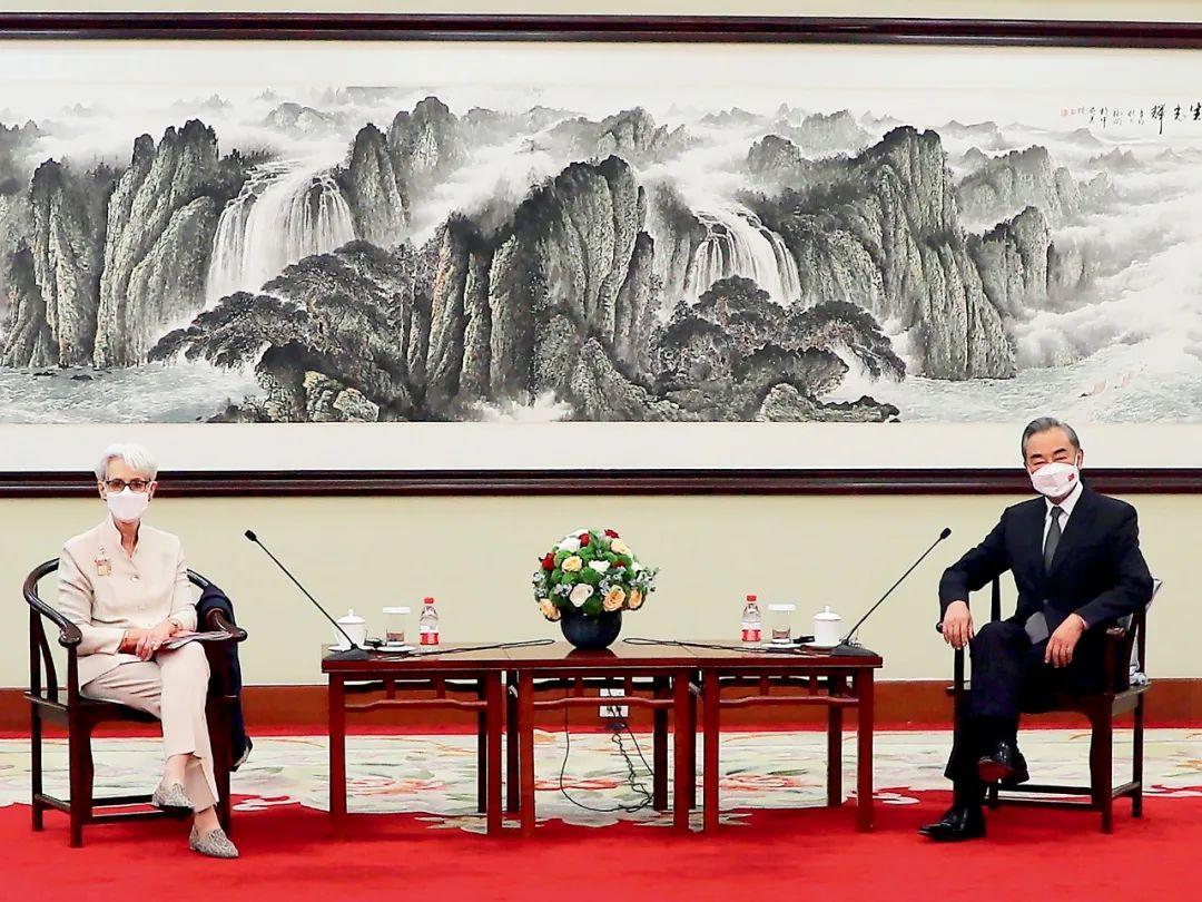 7月26日,中国国务委员兼外交部长王毅在天津会见美国常务副国务卿舍曼。图/澎湃影像