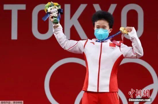 资料图:7月24日下午,东京奥运会女子49公斤级举重决赛在东京国际论坛大厦举行,中国举重名将侯志慧不负众望,以抓举94公斤,挺举116公斤,总成绩210公斤成功夺冠。图为颁奖仪式上侯志慧展示金牌。