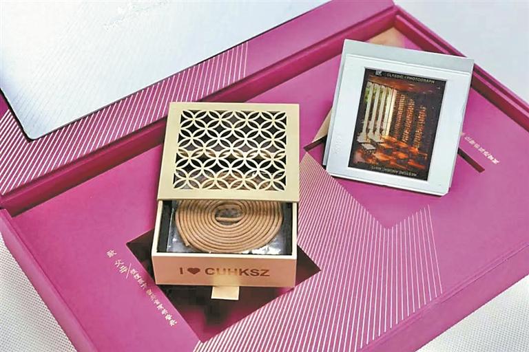 """▲东方之""""窗""""设计的香盒,是港中大(深圳)送给学子的第一份礼物。"""