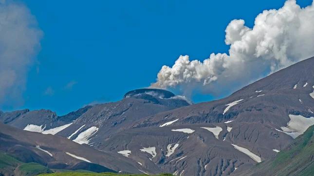 美国阿拉斯加州三座火山在过去两周内同时喷发
