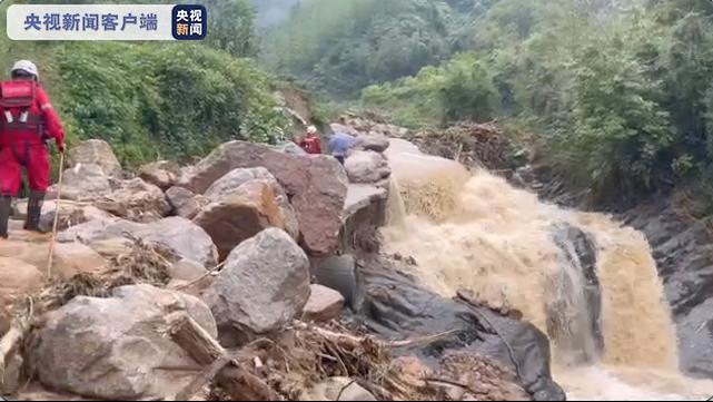 陕西勉县遭遇暴雨袭击停水停电 救援人员帮助转移被困群众