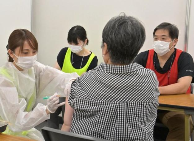 日本暂停使用163万剂莫德纳新冠疫苗:瓶内发现异物