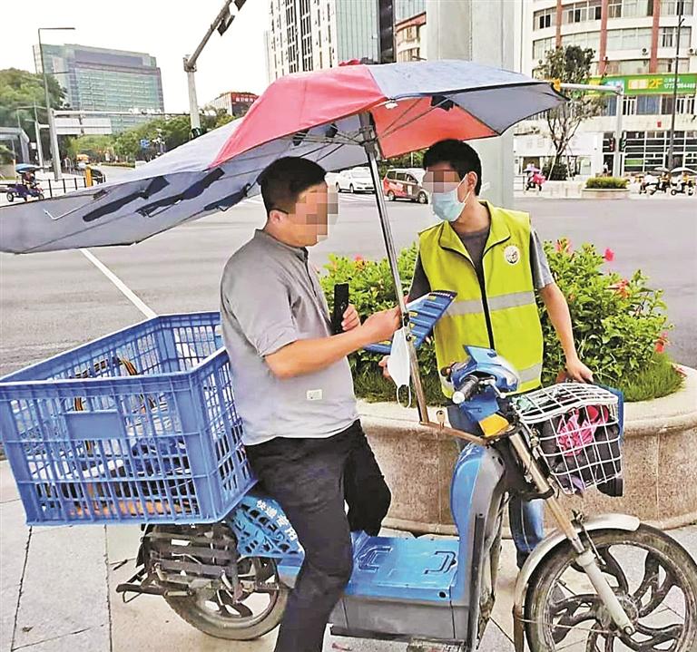 电动自行车加装雨篷隐患多。 深圳交警供图
