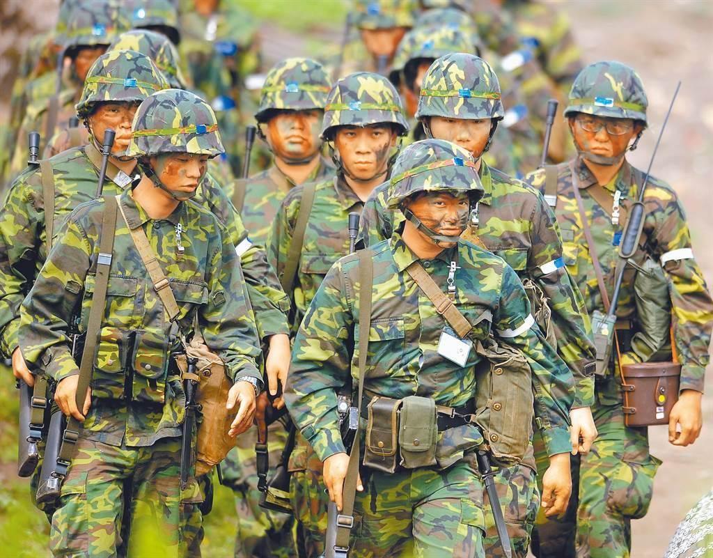多名官兵被曝夜间执勤时睡觉玩手机 台军方回应