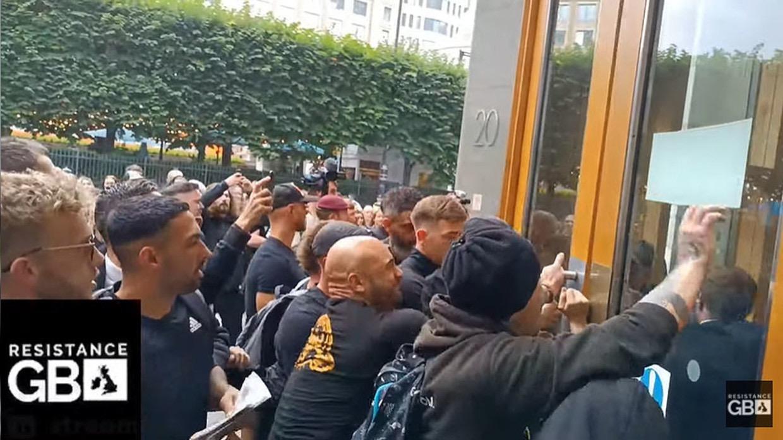 场面激烈!抗议人群冲击英国药品和保健产品监管局大楼,与警察起冲突