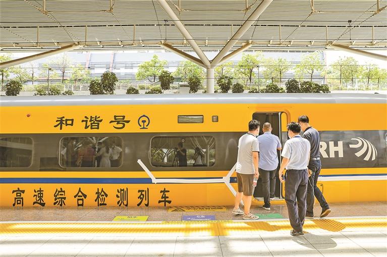▲乘客陆续登上列车。本组图片均由深圳晚报记者 张焱焱 摄