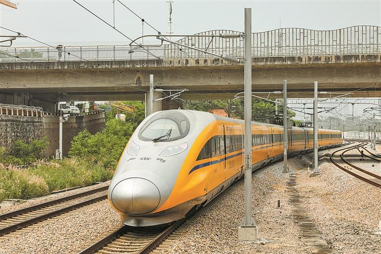 9月12日13时10分,首列由深圳北站开往和平北部粤赣省界的55690次黄色高速列车缓缓驶出深圳北站。
