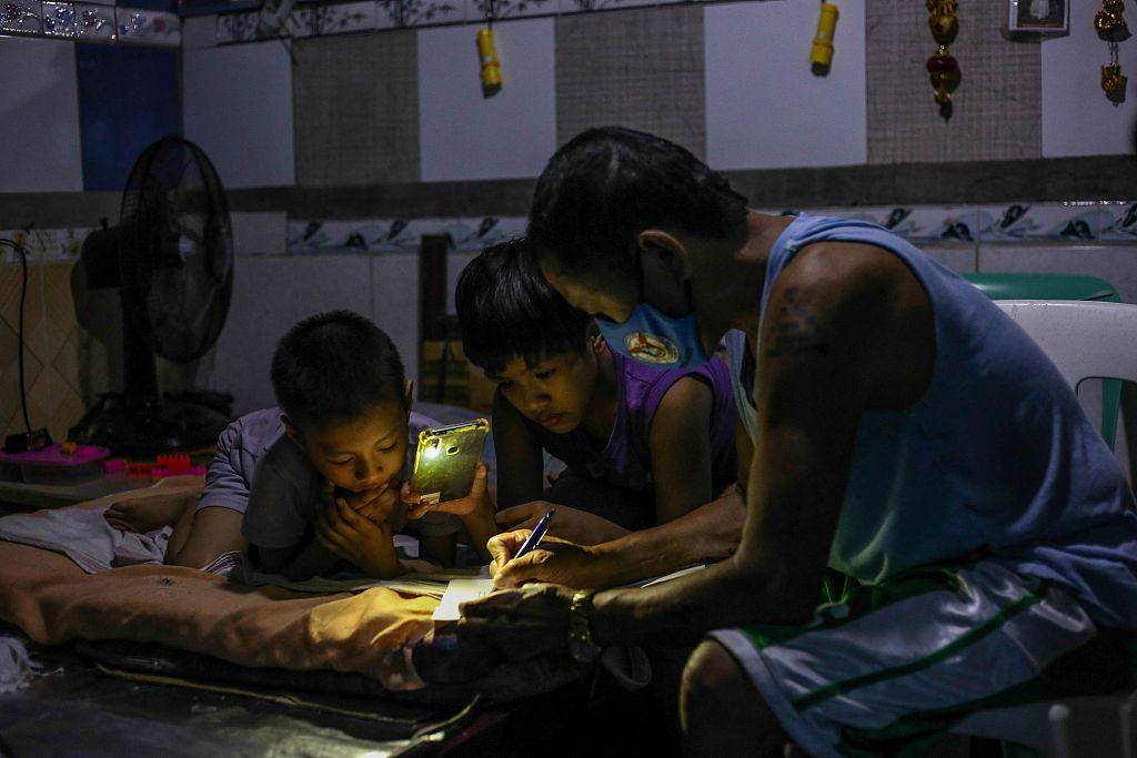 """上两年网课,菲律宾学生恐陷""""教育危机"""""""