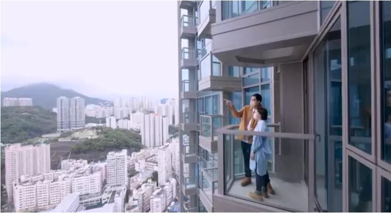 """李先生查看自己获得的房屋。图自香港""""橙新闻"""""""