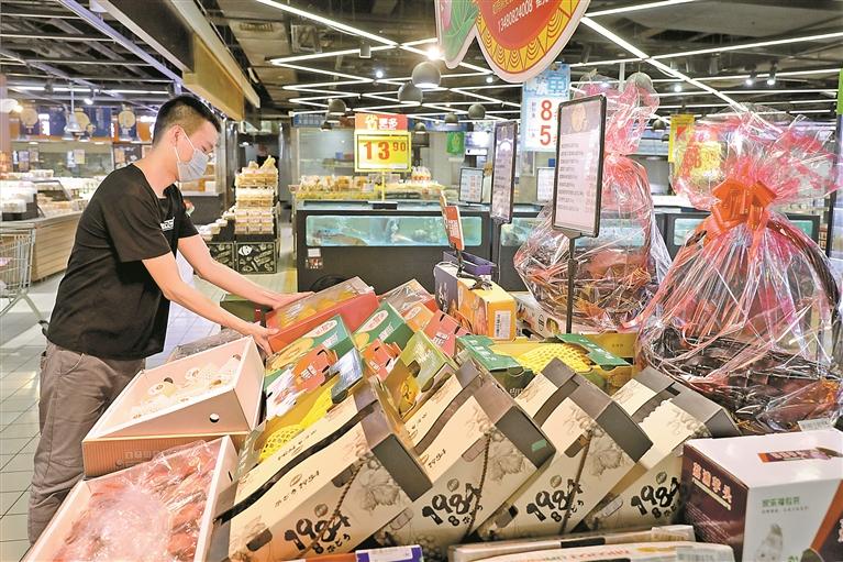 临近中秋节,市民到超市选购礼盒水果。 本版图片均由 深圳晚报记者 张焱焱 摄
