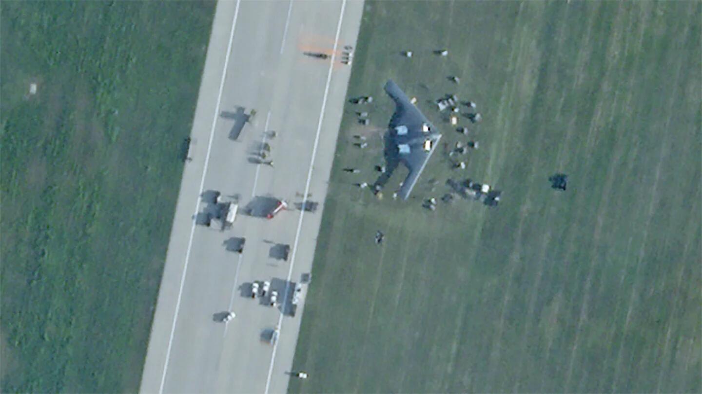 卫星图显示美军B2冲出跑道开进草地 起落架还断了