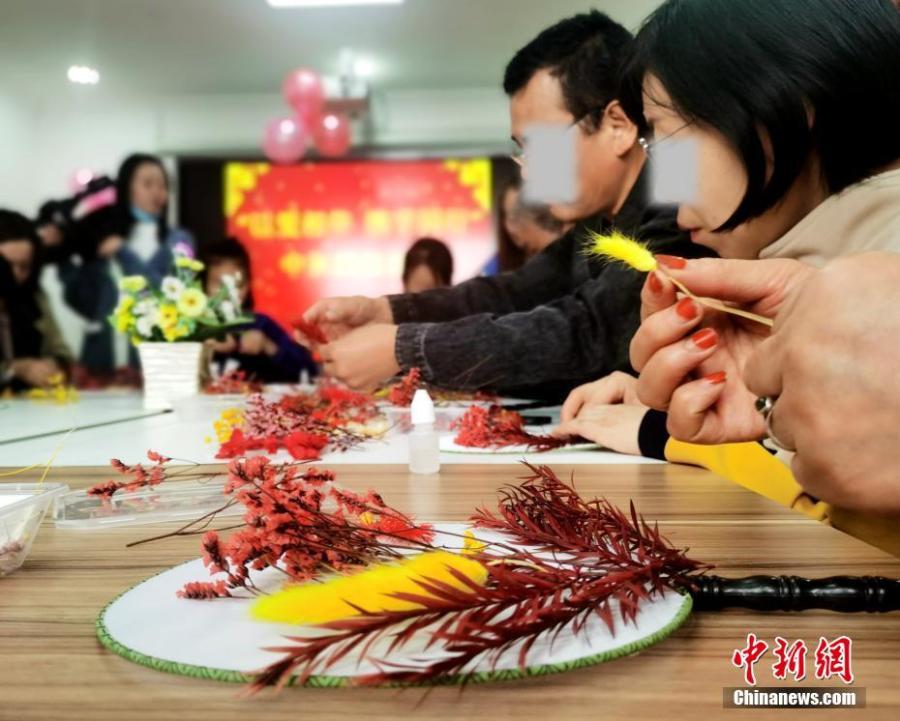 <p> As the Mid-Autumn Festival is approaching, people with disabilities in the local community and their families, as well as staff at a social service center made traditional moon-shaped fans, or round fans, on Saturday to pray for good fortune and reunion.  </p>