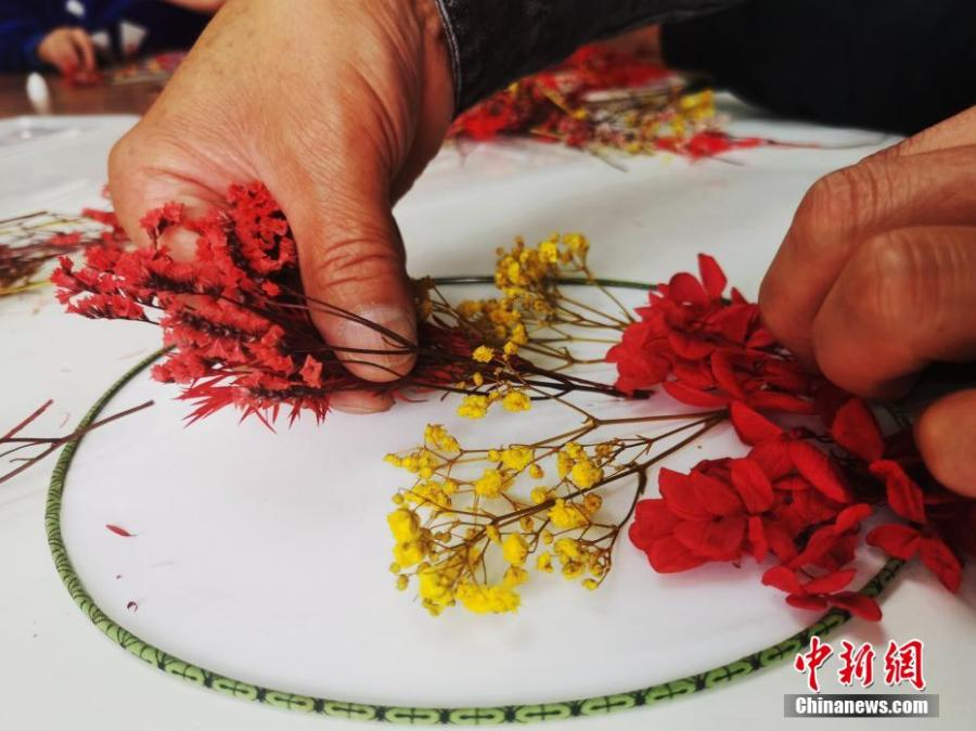 <p> Moon-shaped fan is a traditional handicraft of The Han nationality in China, symbolizing reunion and happiness.</p>