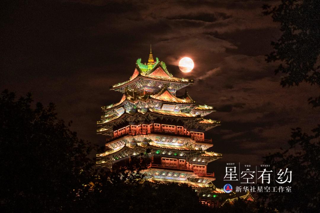 江西省天文摄影爱好者刘浩2020年10月1日(农历八月十五)在江苏南京阅江楼拍摄的中秋月。(本人供图)