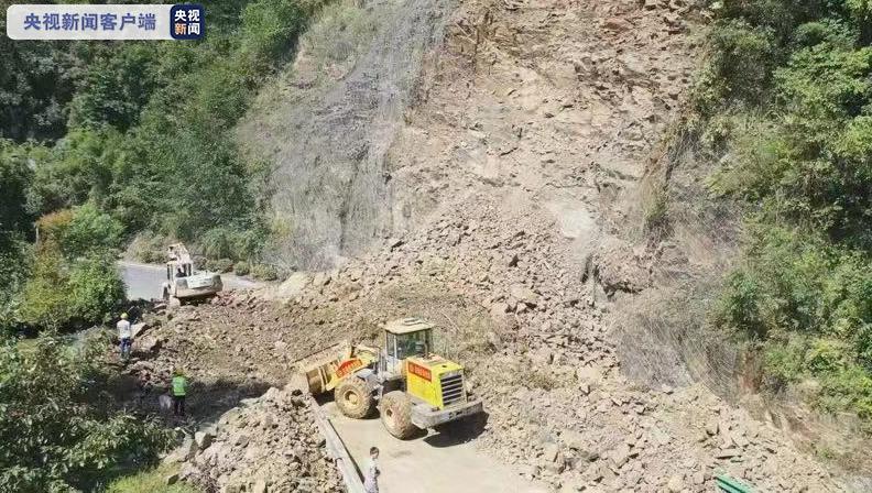 四川巴中:通往光雾山景区道路山体塌方 目前可半幅通车