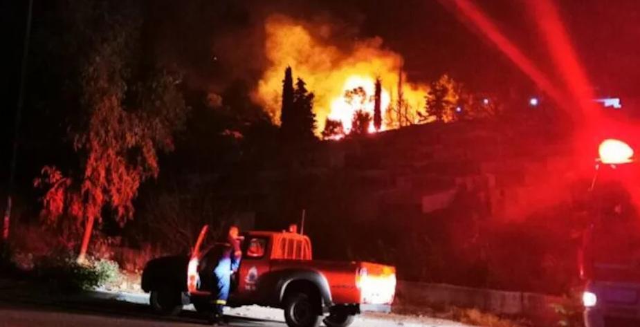 希腊一难民营突发大火 数百人被紧急疏散