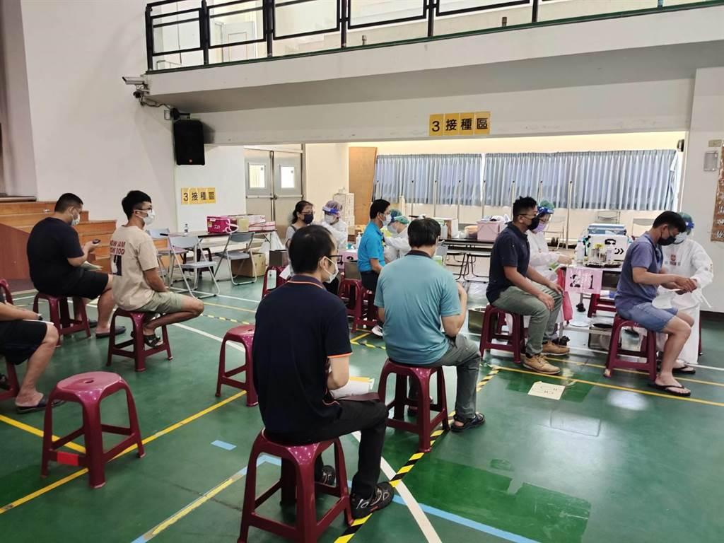 """台湾第二针疫苗接种率全球排名倒数 岛内72万民众忧心成""""疫苗孤儿""""无法出境"""