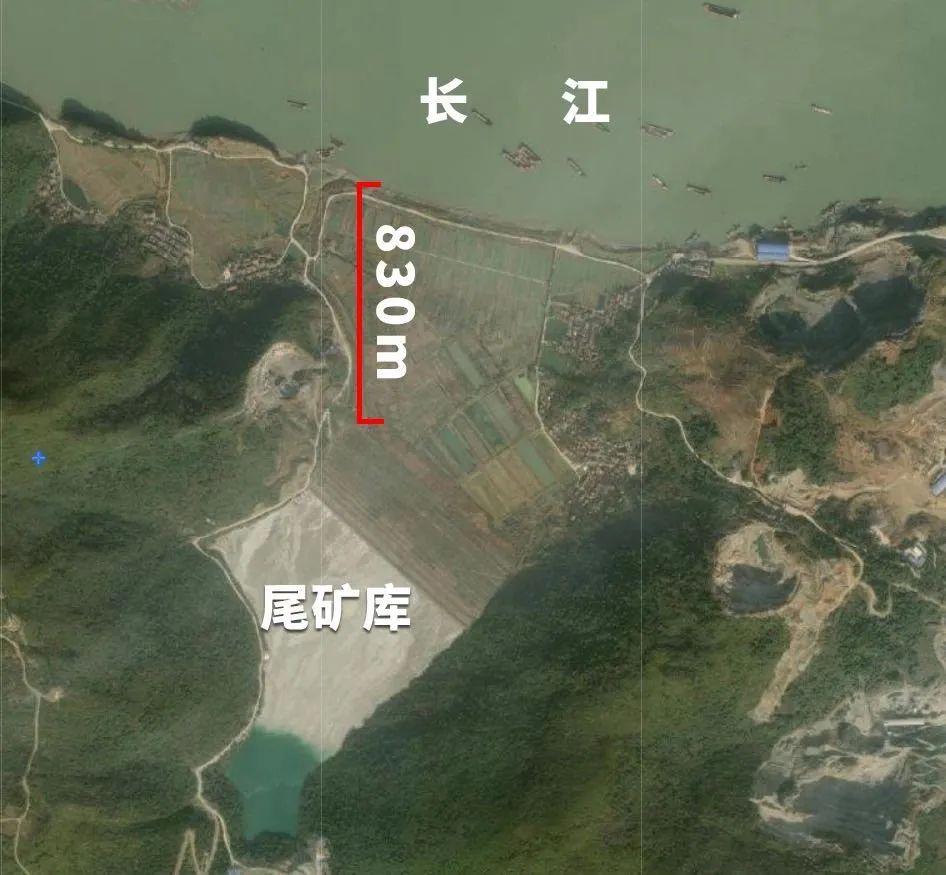 尾矿库距离长江干流800余米,未建截洪沟 图片来源:生态环境部