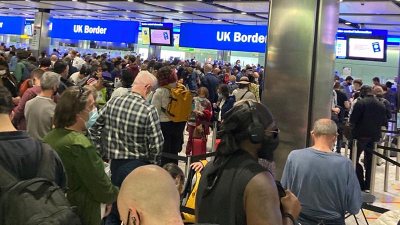 电子闸门系统失灵 英国希思罗机场旅客拥堵