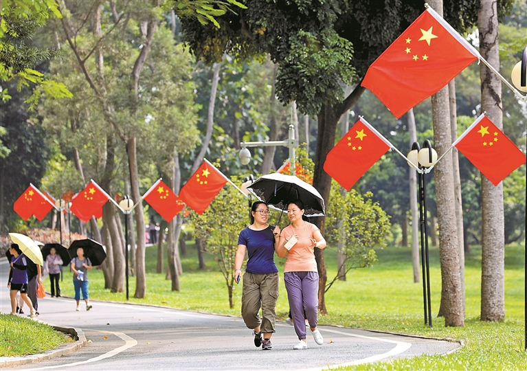 莲花山公园内,市民徜徉在五星红旗下。