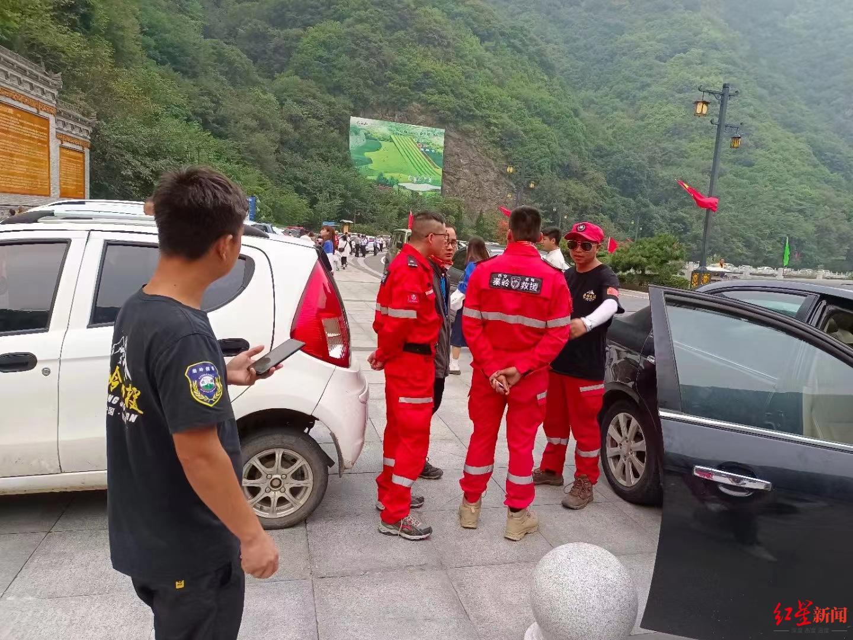 ▲搜救队被迫撤回后,在山下等候上山搜救命令。图据陕西秦岭搜救队