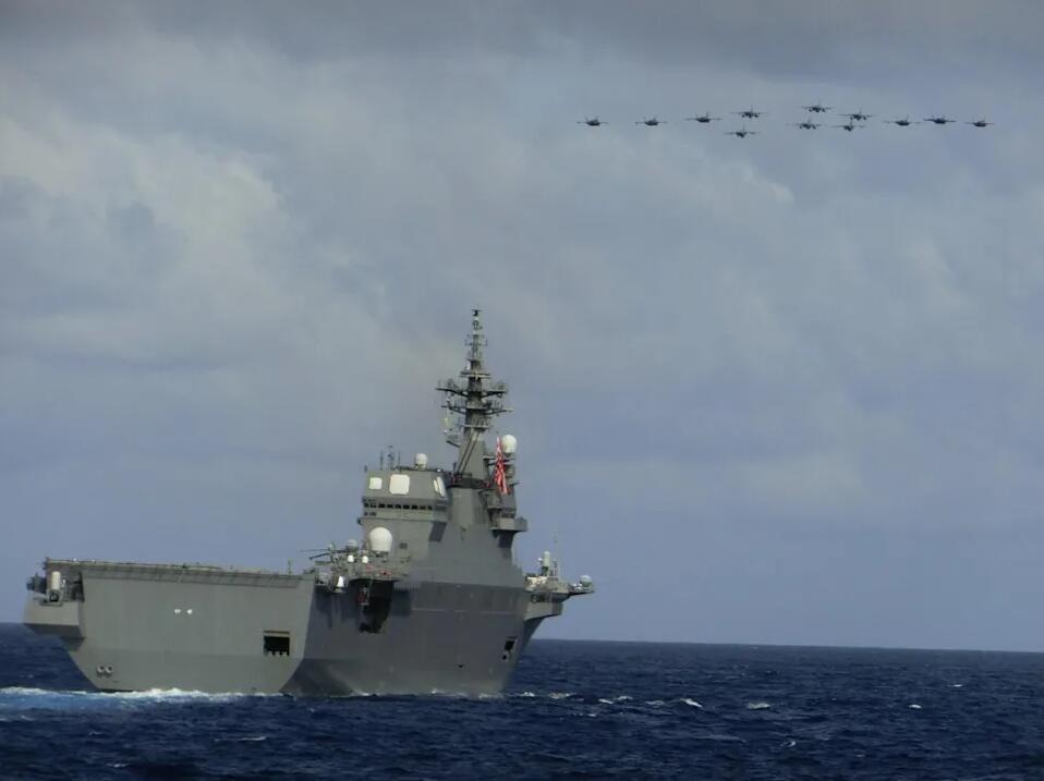 """""""伊势""""号上空可见有12架军机通过图丨日本海自推特"""