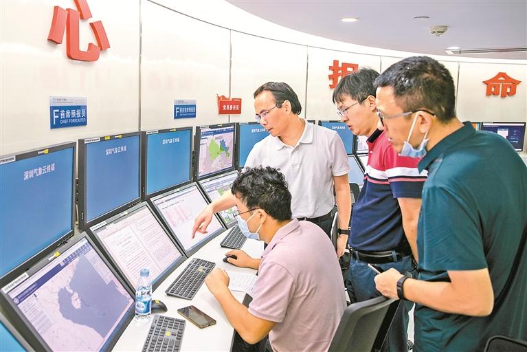 ▲深圳市气象局工作人员紧盯天气动态。受访单位供图