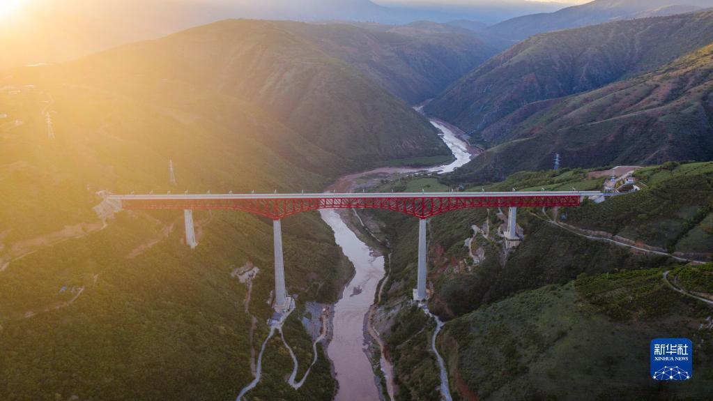 穿山越岭钢龙来——写在中老铁路全线铺轨完成之际