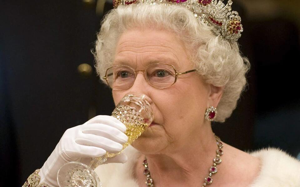 英媒:95岁英国女王在医生建议下戒酒