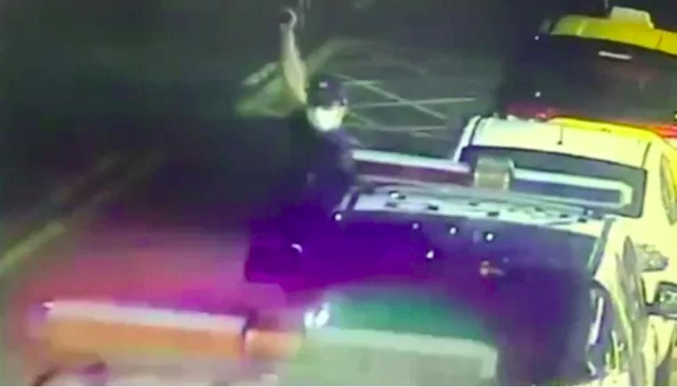 内湖警方当时连开6枪制止,不料蒋姓男子撞警后仍逃逸。图自台媒