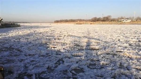 黄河出现罕见的大面积封冻:绵延近100公里纹丝不动