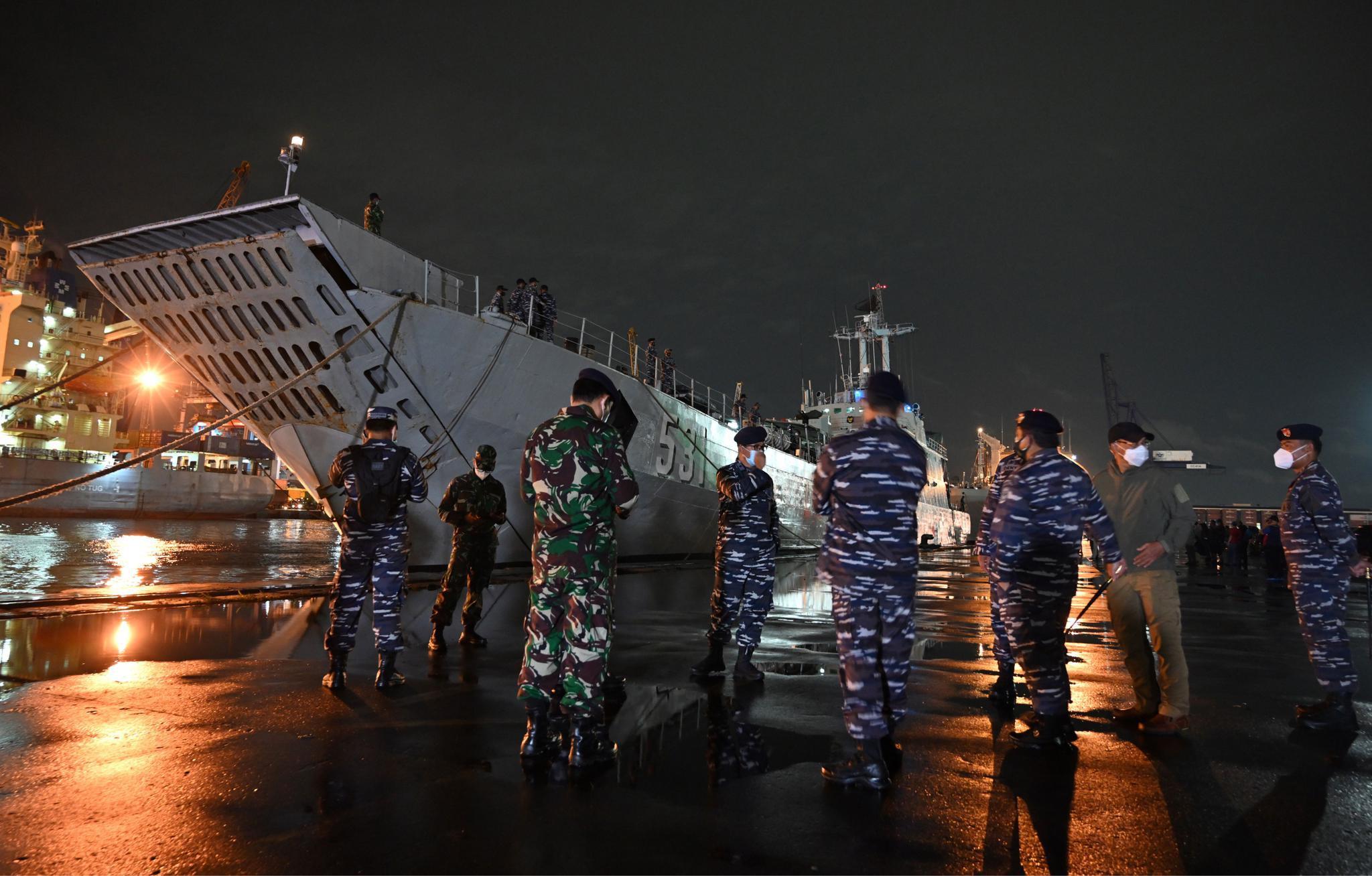 印尼军方:客机在爪哇海坠毁 已找到部分残骸