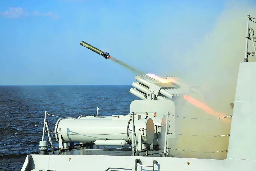中国海军第36批护航编队在亚丁湾某海域开展多科目实弹射击训练图片
