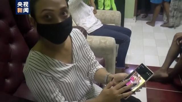 印尼失事客机共载62人 家属还在期待着亲人的消息