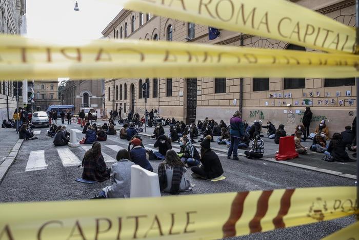意大利大部分地区推迟高中复课 多地学生上街抗议