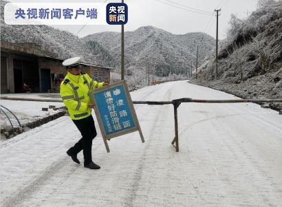寒潮致10条主干道路结冰!云南昭通交警全力抗冰保通