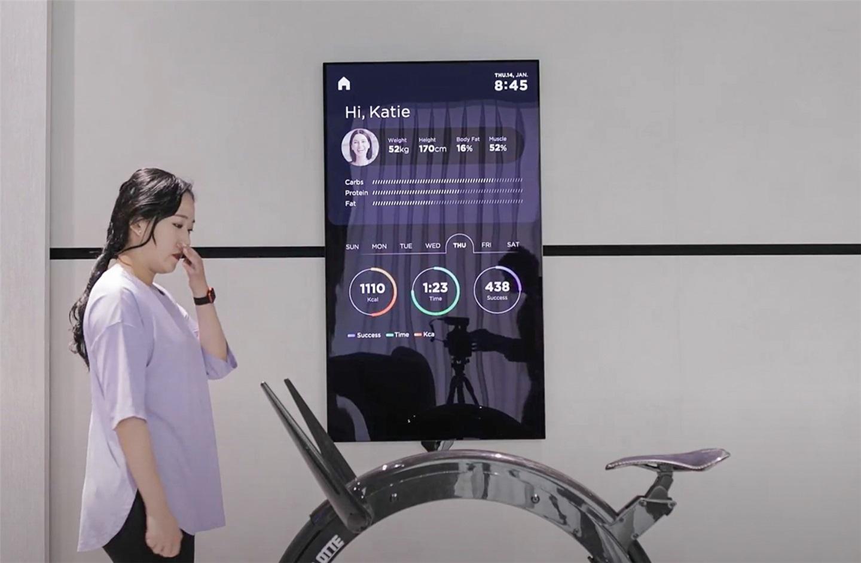 LG展示55英寸OLED滑轨/旋转电视 方便在家锻炼