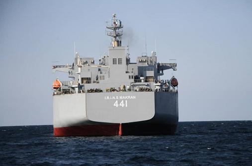 """伊朗军队海军举行军事演习 最大""""直升机航母""""参加"""