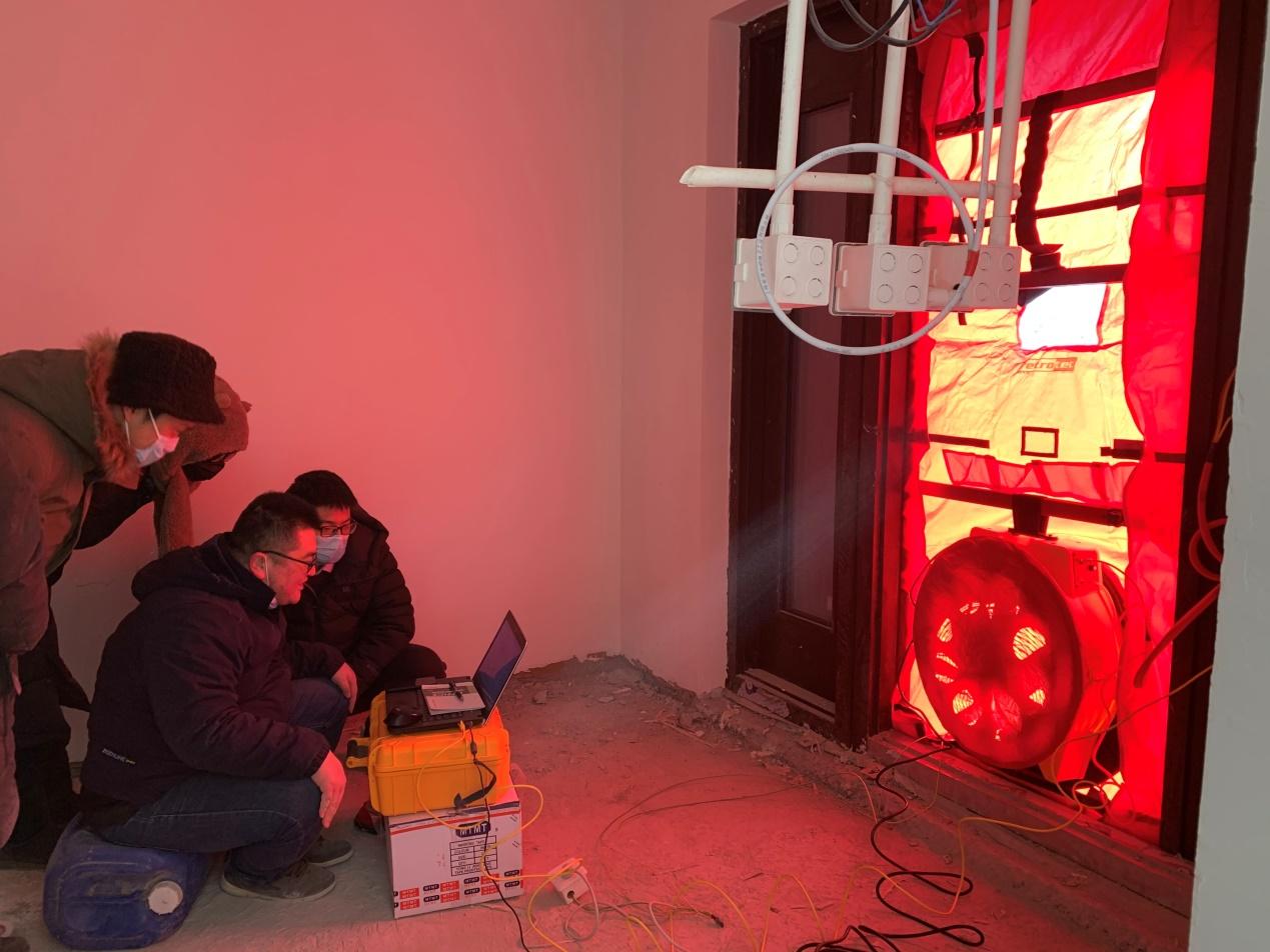 建筑设计院实地检验极端天气下装配式超低能耗项目的气密性