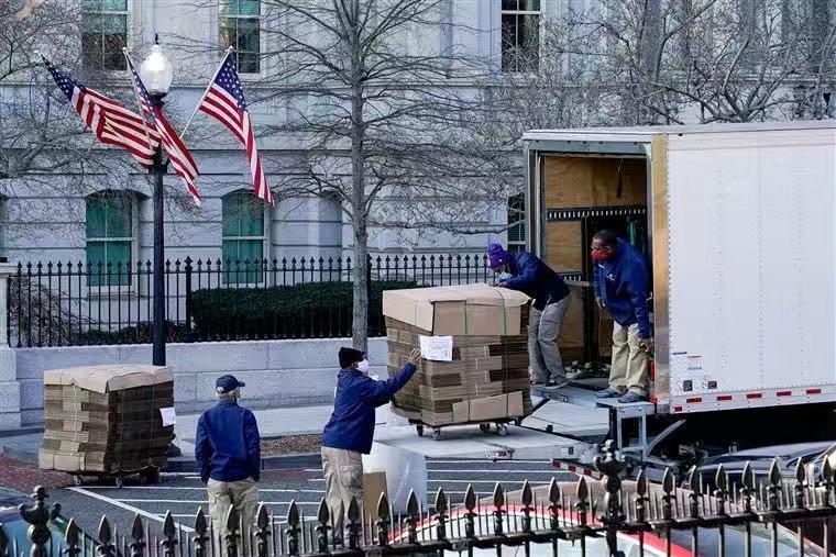 距特朗普卸任仅剩一周 大批空箱子运抵白宫(图)