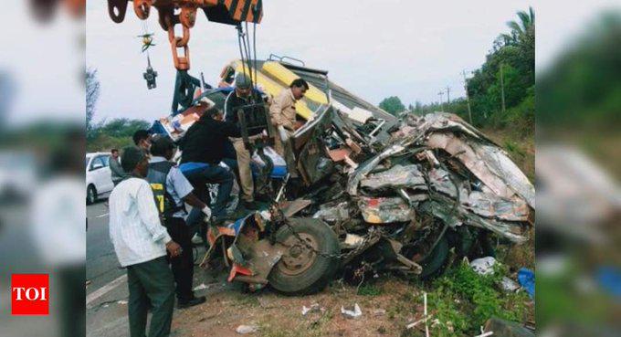印度卡纳塔克邦发生交通事故 致13死7伤