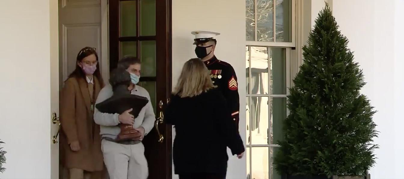 外媒:白宫工作人员开始搬家,纳瓦罗拿着相片离开