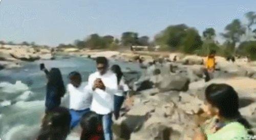 印度女孩自拍时不慎被旁边游客撞下河,落入激流22小时后遗体被发现