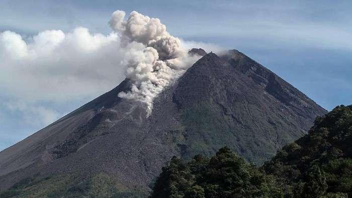 印尼莫拉比火山喷发 喷出浓烟高度达1500米