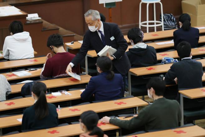 """53万日本考生戴口罩参加""""高考"""" 部分考点因暴雪延期"""