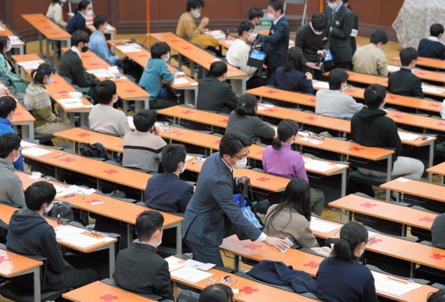 """口罩没戴好,日本40多岁""""高考生""""被取消资格,躲厕所惊动警察"""