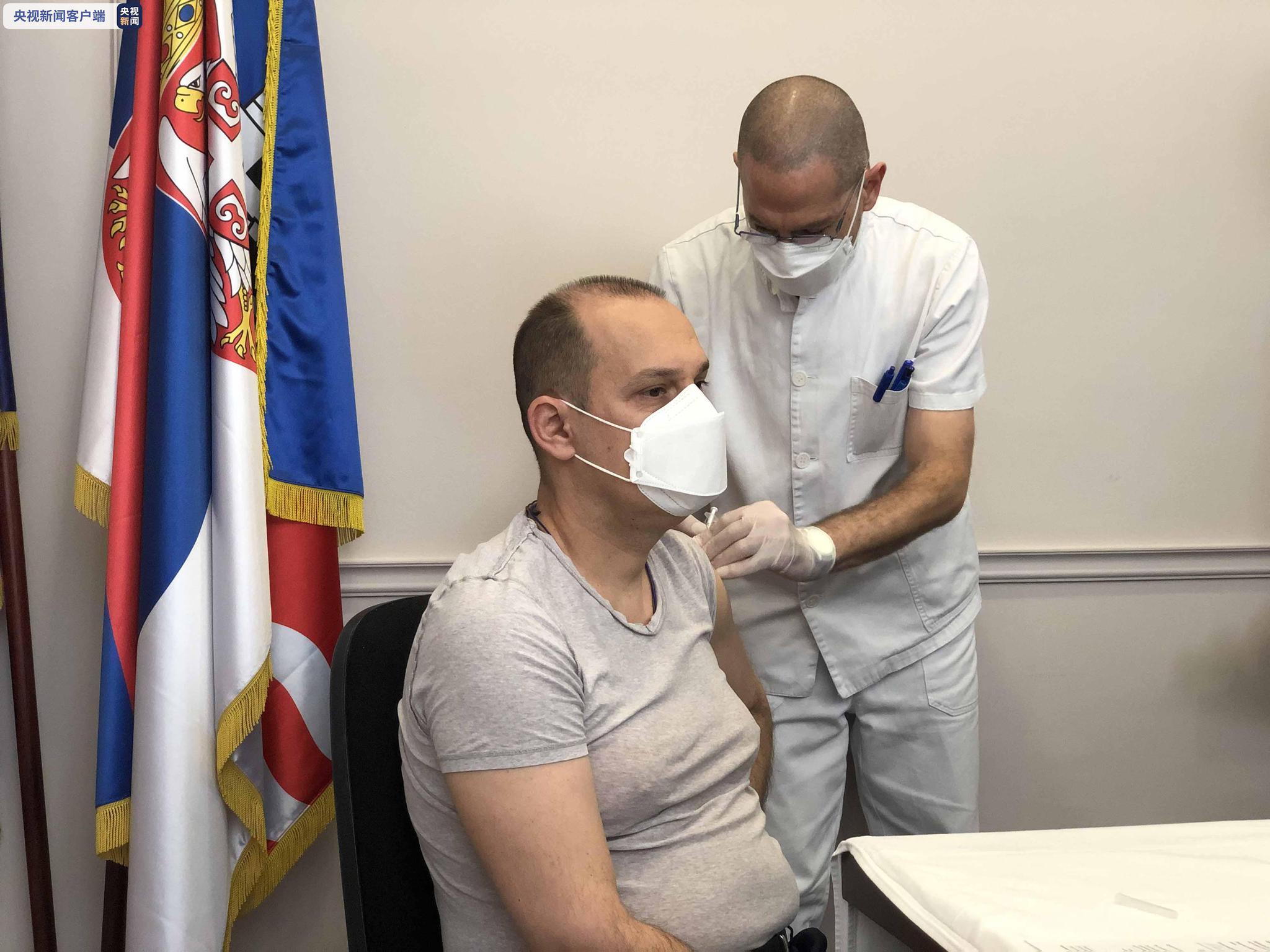 塞尔维亚卫生部长隆查尔成为该国接种中国疫苗第一人